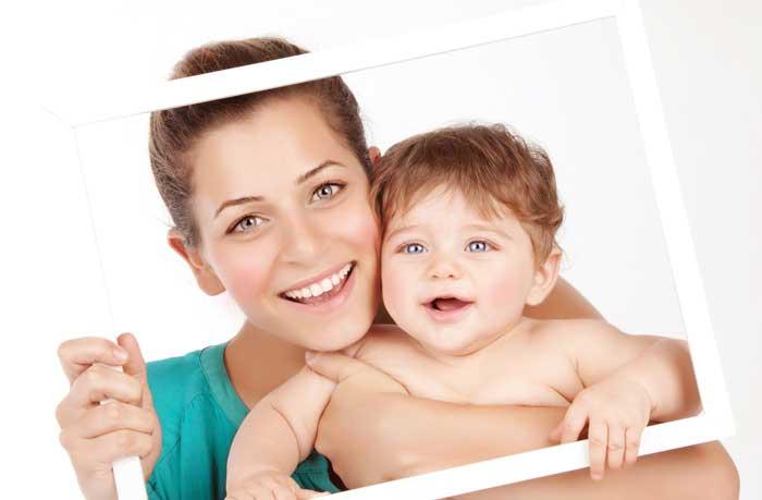 Bébé et maman dans un cadre photo